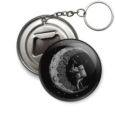 Брелок-открывашка Moon worker космонавт на луне