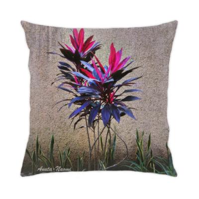 Подушка цветок у стены