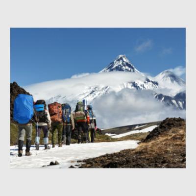 Постер Полуостров Камчатка, туристы идут на фоне вулканов