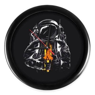 Настенные часы Космонавт с леденцом