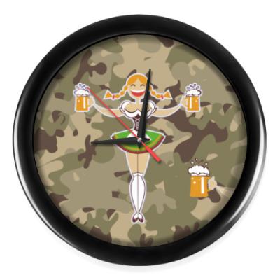 Настенные часы Девушка с пивом