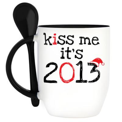 Кружка с ложкой Надпись Kiss me - it's 2013!