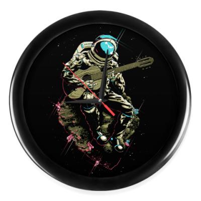 Настенные часы Космонавт с гитарой