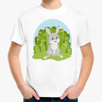 Детская футболка Весёлый зайчик на фоне травы и цветов