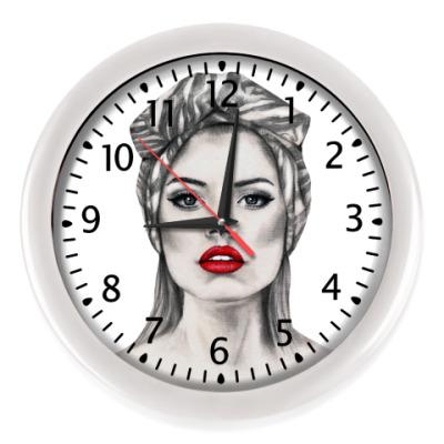 Настенные часы женщина вамп