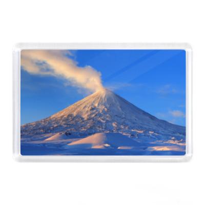 Магнит Пейзаж Камчатка: зима, горы и извержение вулкана