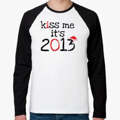 Футболка реглан с длинным рукавом Надпись Kiss me - it's 2013!