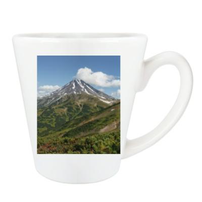 Пейзаж полуострова Камчатка: лето, вулкан и горы