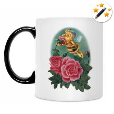 Кружка-хамелеон Пчёлка нюхает розу