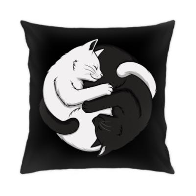 Подушка Черный и белый кот инь-ян