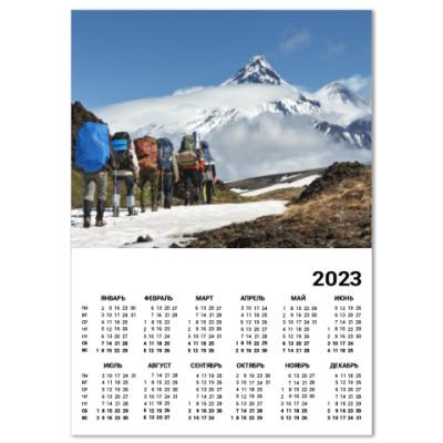 Календарь Полуостров Камчатка, туристы идут на фоне вулканов