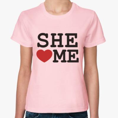 Женская футболка Она любит меня