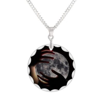 Кулон Луна в объятиях
