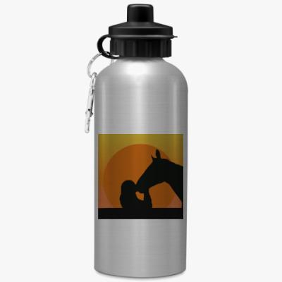 Спортивная бутылка/фляжка Девушка целует лошадь