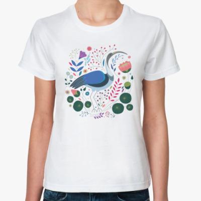 Классическая футболка Ибис среди цветов