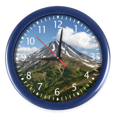 Настенные часы Пейзаж полуострова Камчатка: лето, вулкан и горы